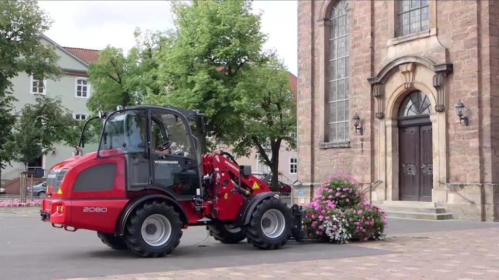 Chargeurs sur pneus, chariots téléscopiques, tracteurs porte-outils, tout votre matériel et engins pour les collectivités